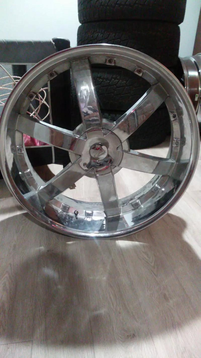 Photo Rims 26 inch, 6 lug, for chevy. No tires but rims are in great condition.