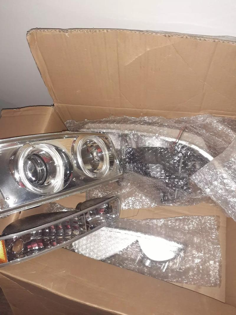 Photo 2000 to 2005 GMC Yukon halo projectors headlights 7065010599