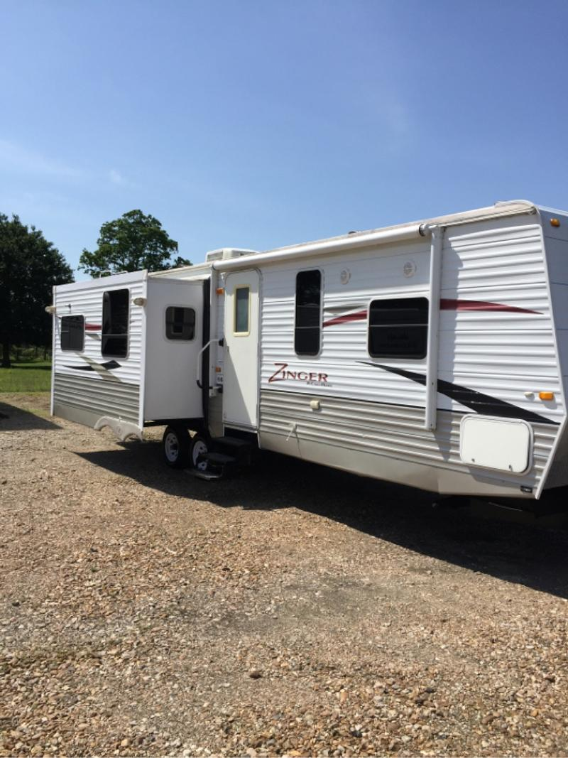 Photo 2011 zinnger. 30 ft 2 slides outs travel trailer