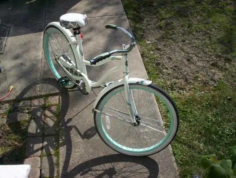 Photo HUFFY GIRLS CRANBROOK 26 inch wide white walls bike$65Schererville