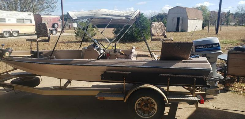 Photo 17ft bass boat 115 hp evinrude motor